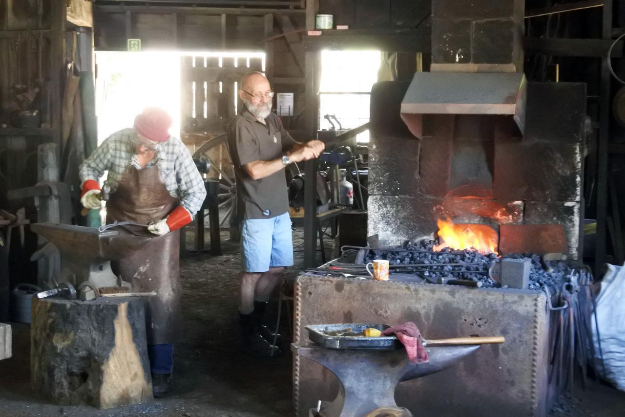 画像: 小さな町で見かけたブラックスミス(鍛冶屋さん)。老夫婦が、昔ながらのやり方で農機具などを作っていた。日本でも数年前まで、山村には一軒の鍛冶屋があり、「カーン、カーン」と鉄を打つ音を響かせていたな。