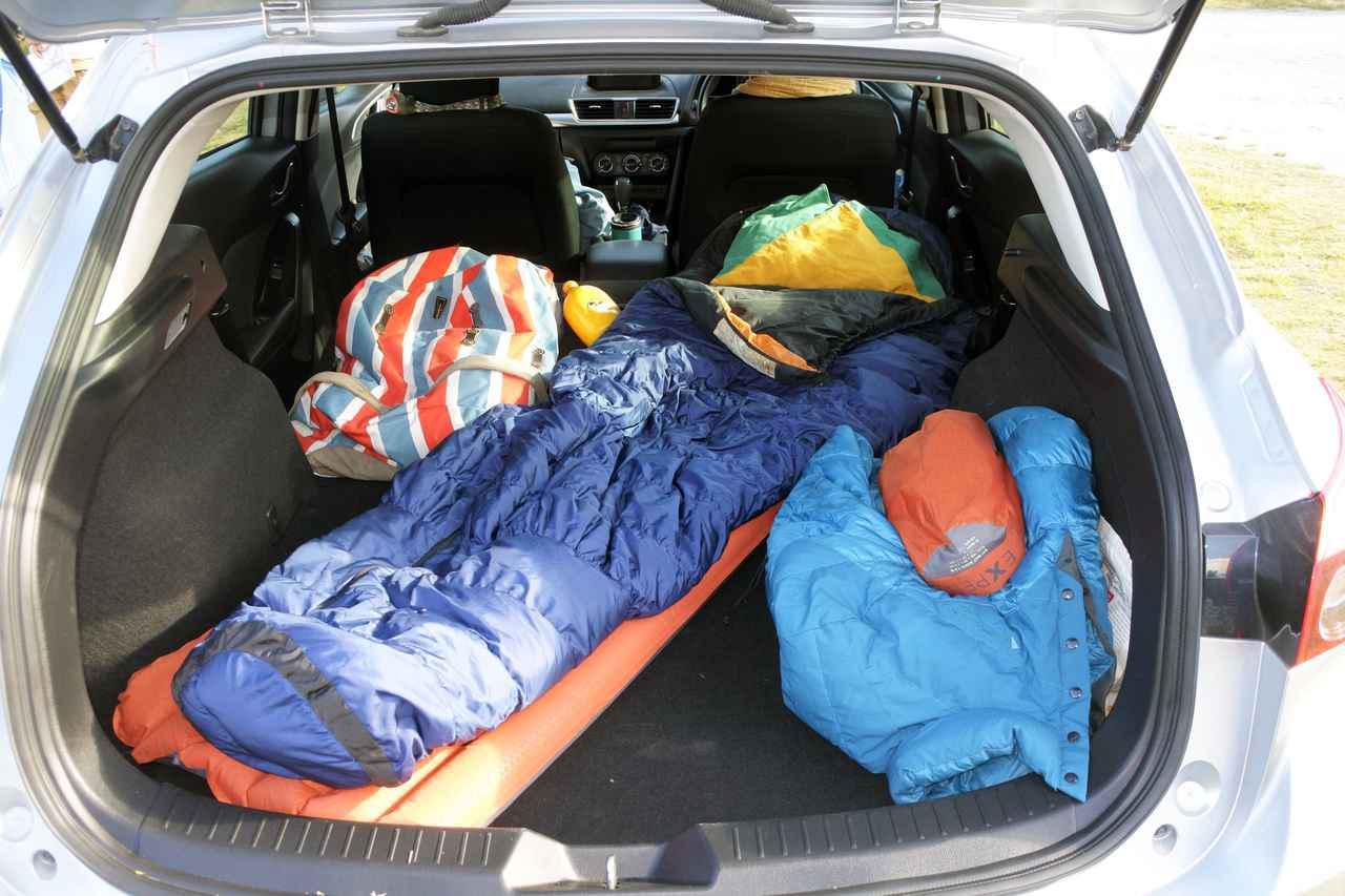 画像: 一カ月のNZさすらい旅は、バックパッカーズ(安宿)泊が多かったけど、ときには車中泊も。レンタカーの後部座席をたたむことで、ラゲッジルームは平らに。車は、いすゞのステーションワゴン(車種名は忘れたけど)。
