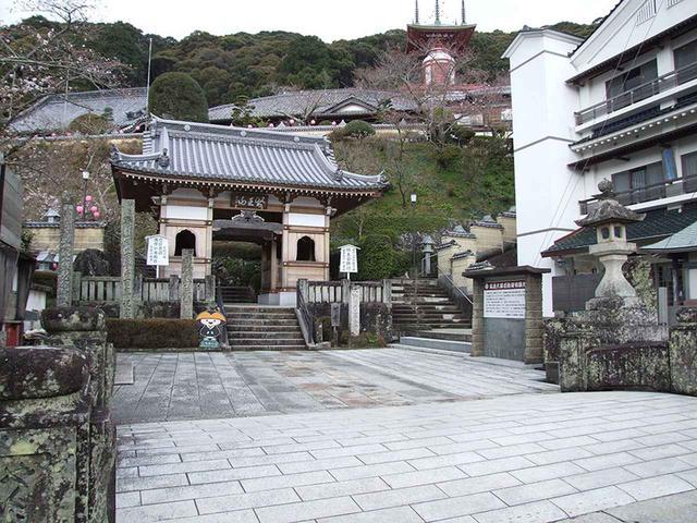 画像: 23番札所 薬王寺/写真右奥の最深部に「ゆぎ塔」があるが、そこへ至るまで136段の石段を登らなければならない。