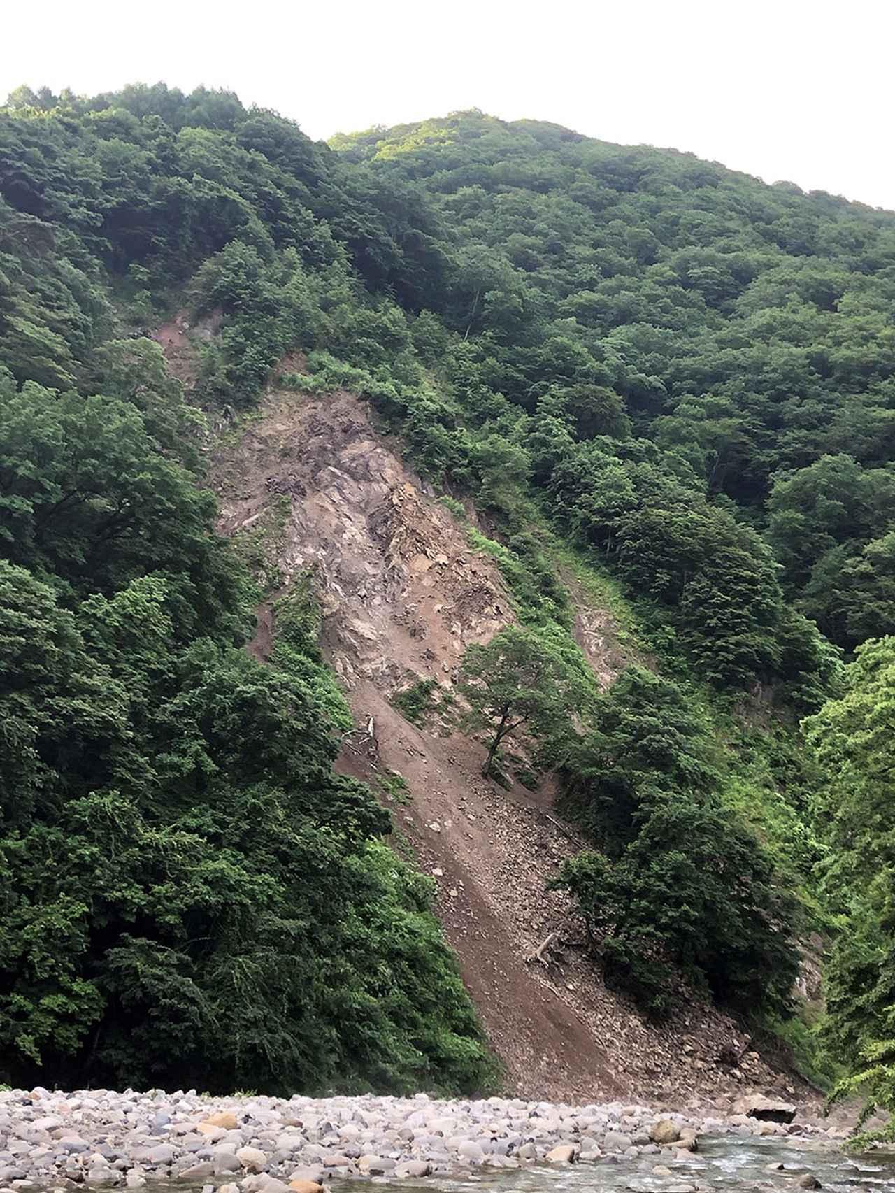 画像: 2日目の夜、メリメリメリという音とともに、対岸の山が土砂崩れ。状況は真っ黒でわからず。翌朝に確認したら、写真のように崩れていた。キャンプ場から遠いので危険はなかったが、少しドキドキ。