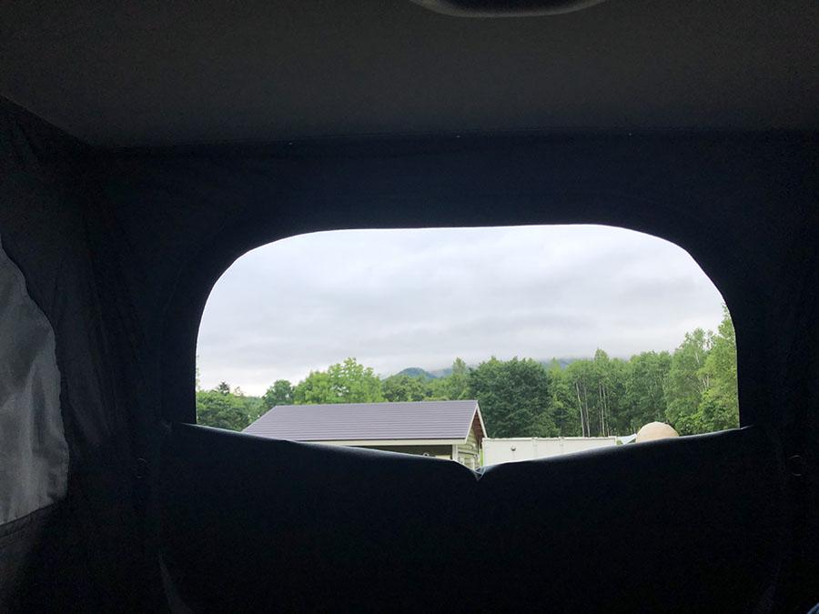 画像: 朝、メッシュを開けると、やや厚めの雲が迎えてくれた。しかし、このあと天気は悪くないらしい。高い所から「オハヨー」。