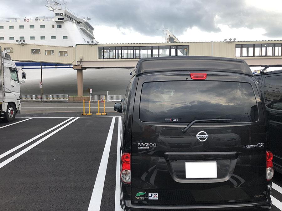 画像: 仙台港にてフェリー乗船待ちのキャネル。コロナの影響で、台数はかなり少ない。出港1時間前には手続きを済ませることを忘れていた。