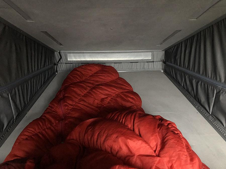 画像: ルーフの内部はシンプル。寝袋だけで熟睡できた。