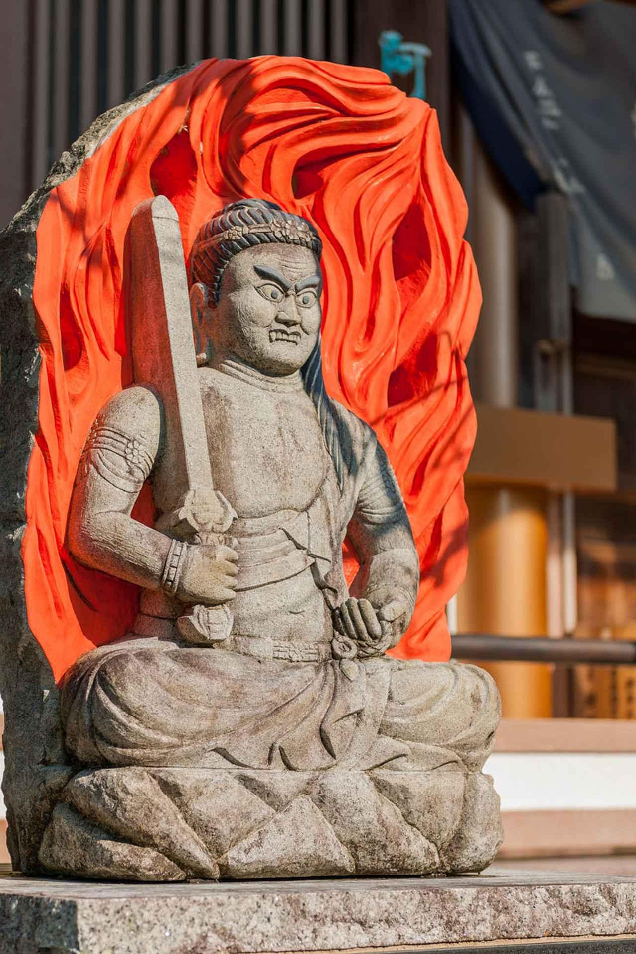 画像: 善楽寺の本堂近くには不動明王も鎮座。訪れた時は絶対にストラップを買うべしと、ご託宣があるとかないとか(?)
