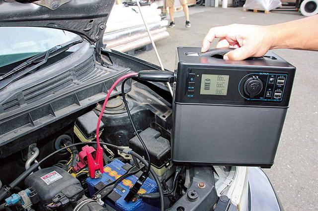 画像: 消費電力が小さい家電で使うのが一般的だが、ポータブル電源によっては、車のエンジン始動を補助するほどの、電力を供給するタイプもある。それだと、愛車のバッテリーが上がったときも安心だ。