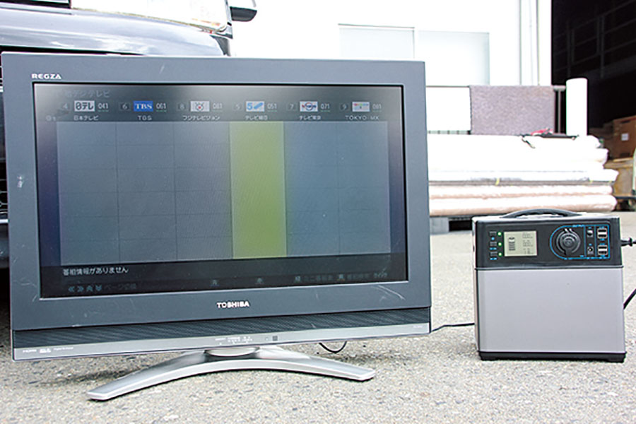 画像: 液晶テレビは消費電力が小さいので、車中泊にはかかせないアイテム。だが、ポータブル電源のタイプによっては、インバーターが疑似正弦波の場合があるので、ノイズが出たりする場合がある。注意が必要。