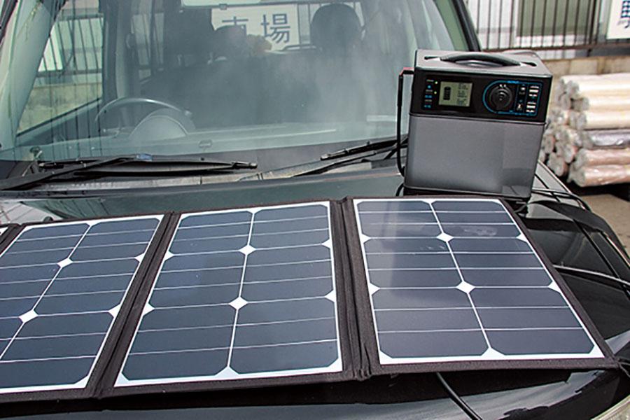 画像: 自宅のコンセントで充電して使うのが一般的。タイプによっては走行しながらアクセサリーソケットで充電できるタイプもある。最近ではソーラーパネルで充電できるモノも。