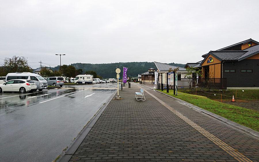 画像: おおむねフラットで、242台の収容キャパをもつ駐車場。