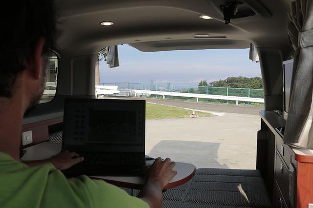 画像: 何を隠そう横浜市民の編集部・オオハシ。自宅の近くにこんなRVパークがあるなんて! 車中泊をしつつ、仕事もできそう……。「カーネル」のサテライト・オフィスにしたいくらい!?