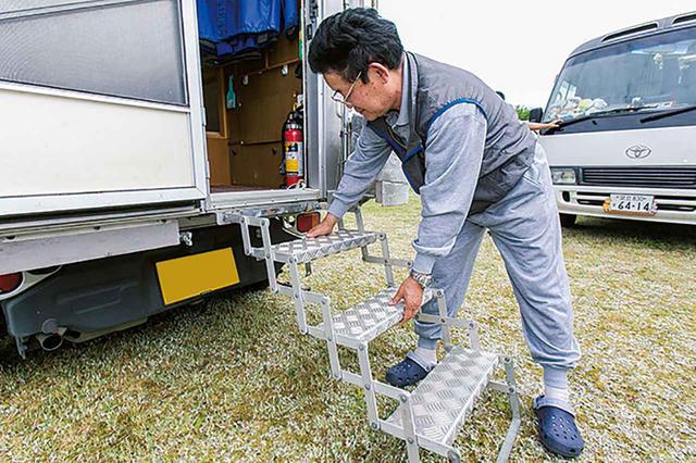 画像3: 収納式のラダーやステップも便利