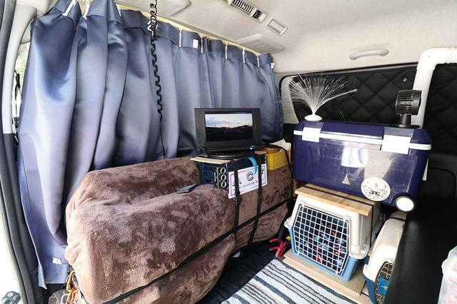 画像: 車体に穴開け加工を施さず、DIYを行っている。ワンちゃんのケージも床板とロープで共締めしているだけ。