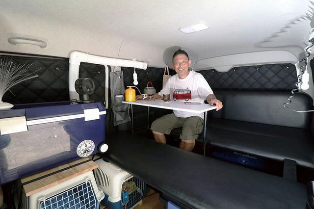 画像: 市販のベッドキットに改良を加えてテーブルを設置。以前は小さいテーブルだったが、今の大テーブルにしてから快適に。