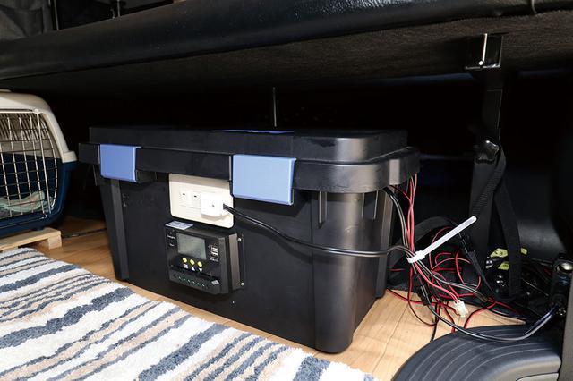 画像: 工具箱にインバーターやバッテリーを内蔵した自作のサブバッテリー。工具箱をDIYするのは、もはやおなじみのテク!