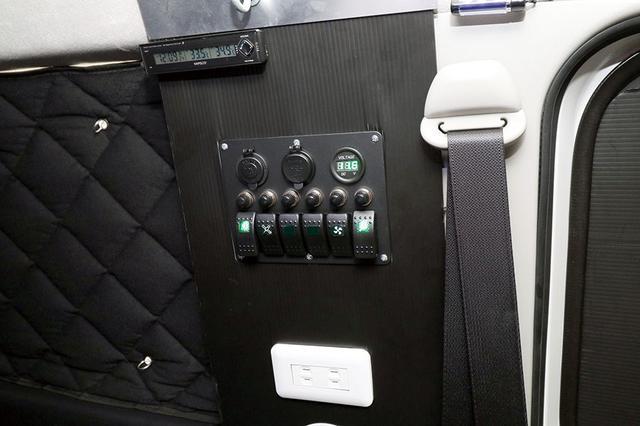 画像: スイッチは車内の壁に設置。扇風機や室内灯などを操作する。