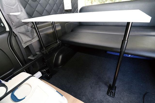 画像: テーブルにイレクターパイプの脚を装着。