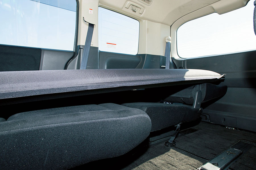 画像: オンリースタイルの車中泊マット。適度な硬さで沈み込みが少なく、約15cmのシート段差がまったく気にならない寝心地。ほぼフラットな感覚。