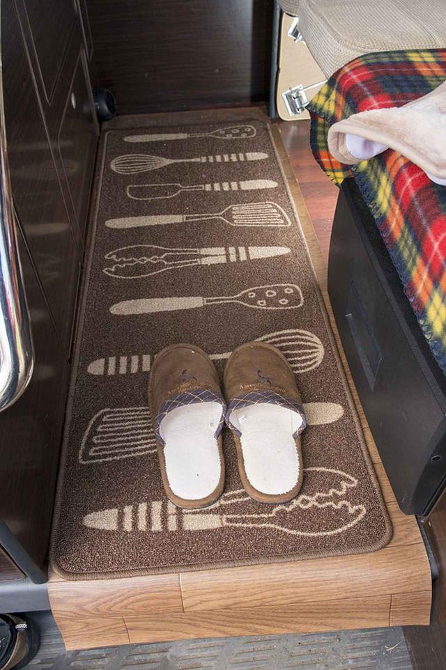 画像: ③冷えと汚れ対策にマットとシートを利用