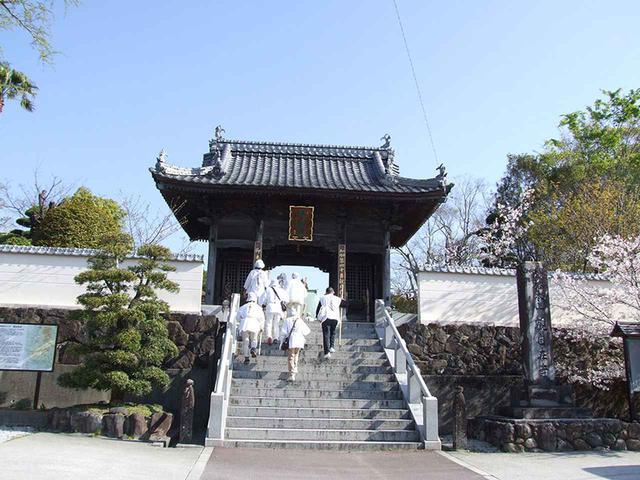 画像: 40番札所の観自在寺。札所の中ではもっとも南に位置する観自在寺。仁王門の前や本堂への通路は若干の石段もあるが、境内は広々としている。