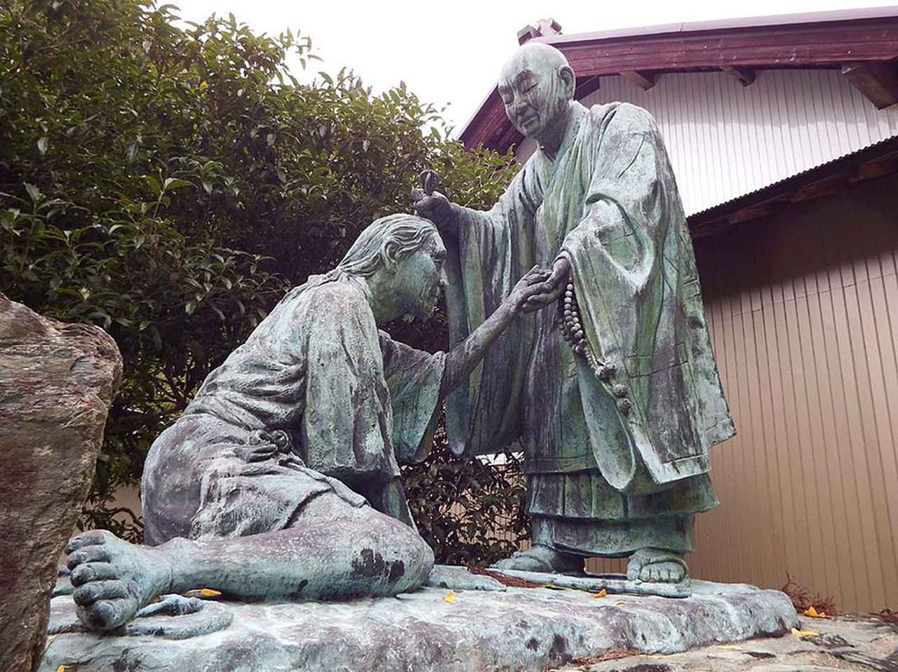 画像: 写真は焼山寺に近い、衛門三郎終焉の伝説が残る場所に立つ寺院、杖杉庵(じょうしんあん)に鎮座する衛門三郎と弘法大師の石像。写真/Dokudami