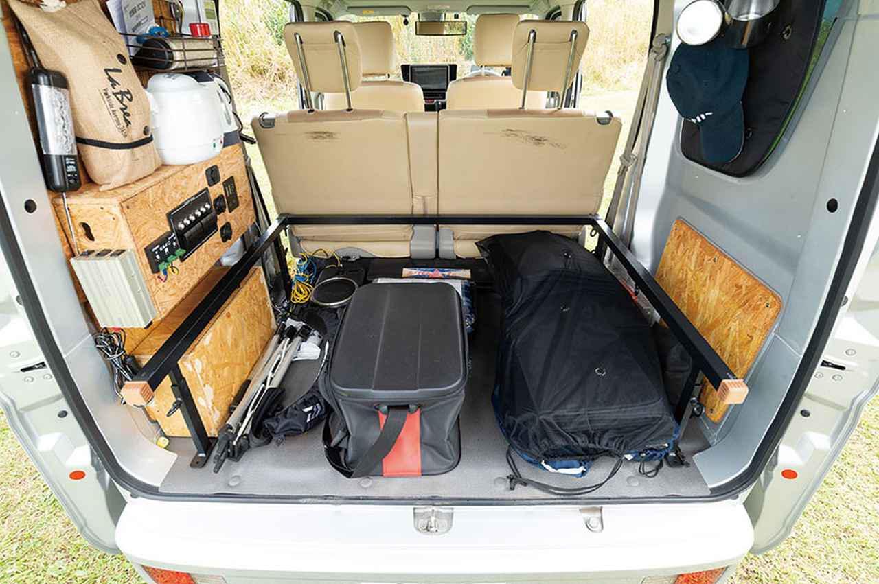 画像2: 床下の収納スペースに釣り道具を積み込む