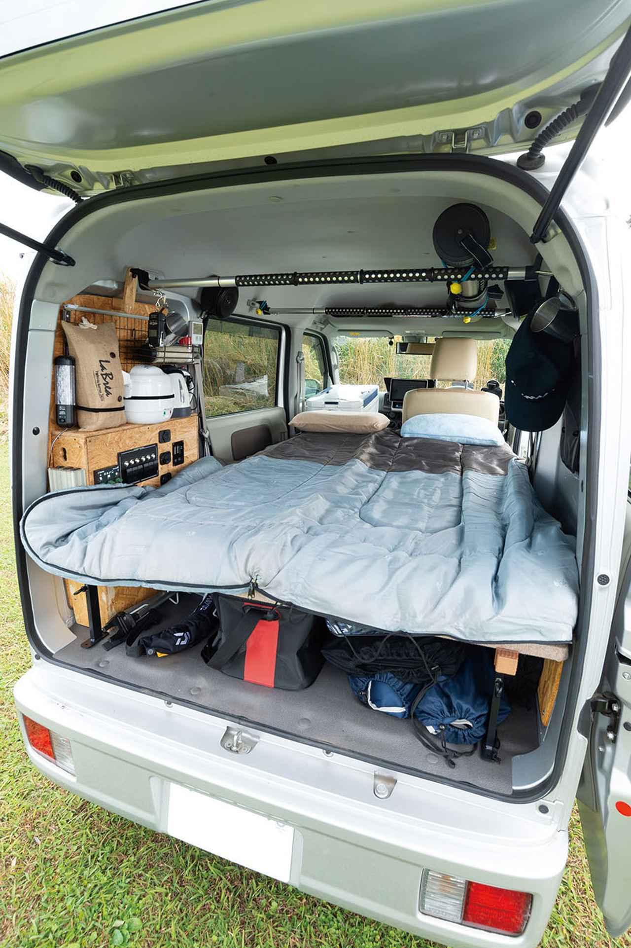 画像: 全長サイズは168cmで、身長170cmの萩原さんでもギリギリ寝られるベッド。ちなみに幅120cmも必要十分。
