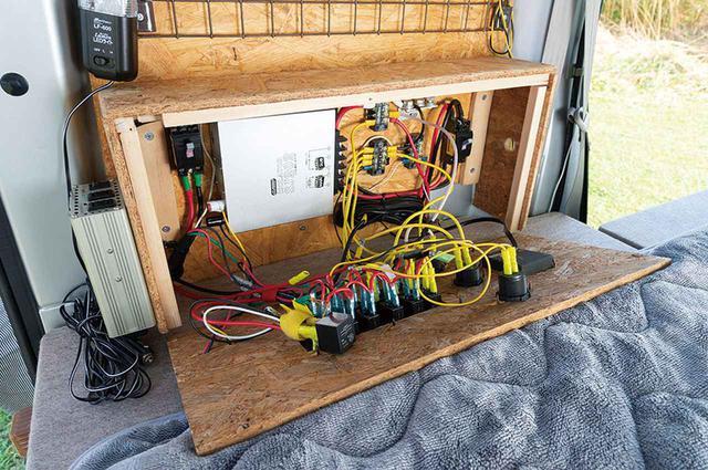 画像3: リア左側にバッテリーと収納を集中レイアウト