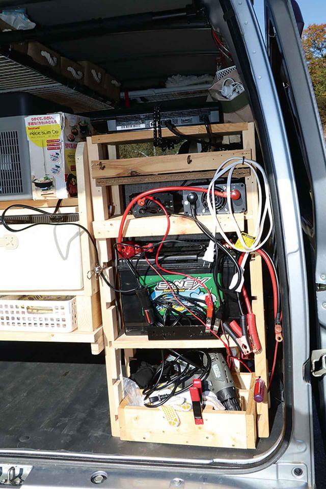 画像2: リアの棚にバッテリーとインバーターを設置