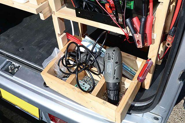 画像4: リアの棚にバッテリーとインバーターを設置