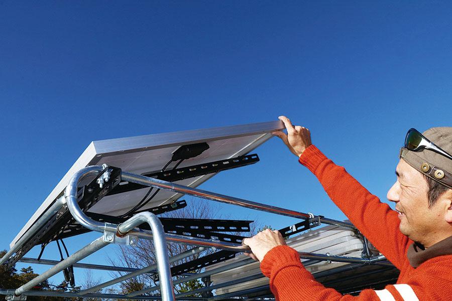画像4: 可変式のソーラーパネルで、電気の確保は万全! 災害にも備える