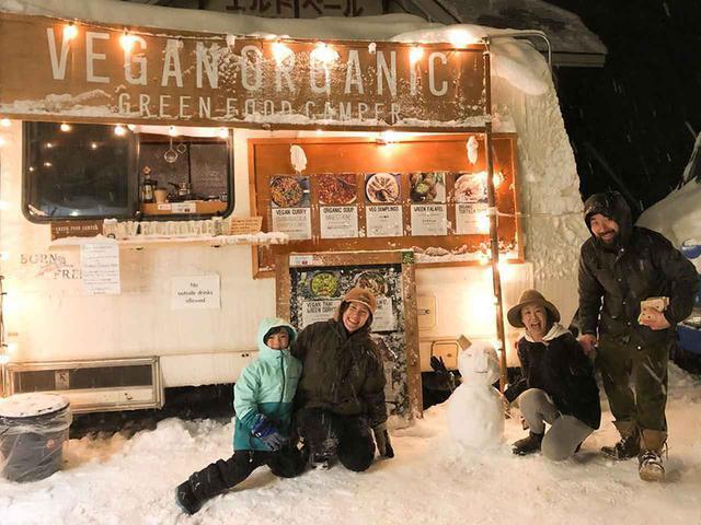 画像: green food camperの夫婦よっちゃんとロミちゃん。