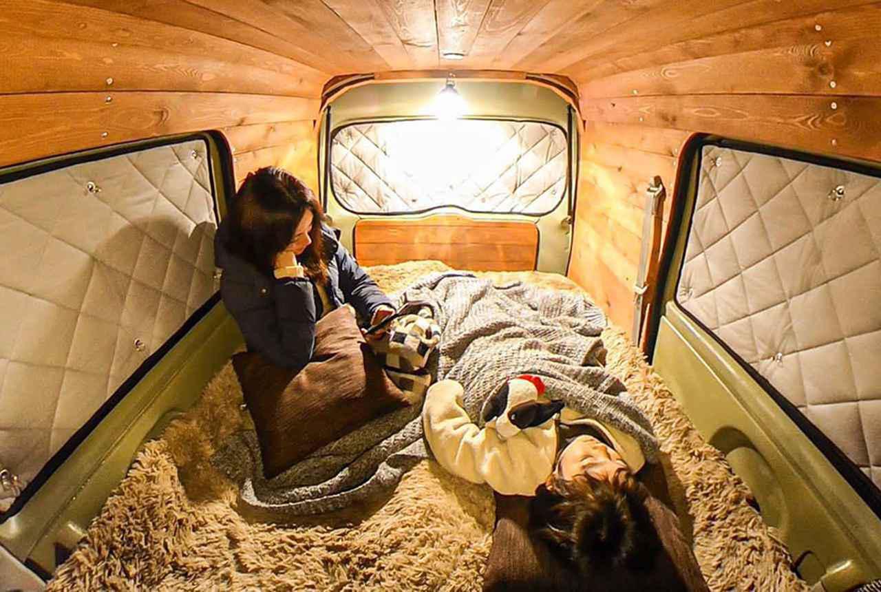 画像: トリくん(ぬいぐるみ)を寝かしつけるから、ちょっと待っててと言ってそのまま寝落ちしたアリ(撮影機:RICOH THETA SC2)