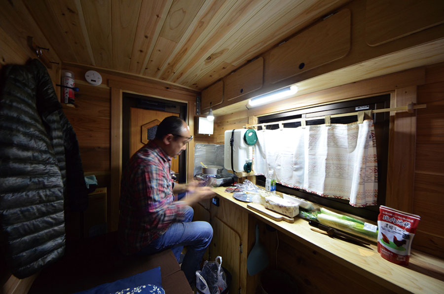画像: 車中泊の夜は、ポカポカの室内で郷土料理を作る!