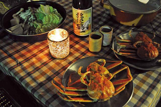 画像: 皿に乗っているのは丹後で「セコガニ」と呼ばれるメスの松葉ガニ。オスに比べると小さいが、地元なら1ぱい500円以下で手に入る珍味で、酒の肴には最適だ。