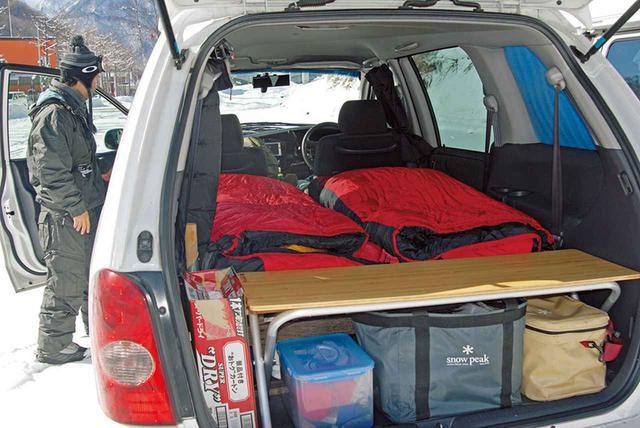 画像: ボード、ブーツ、ウエアなど、普段よりも荷物がかさばるゲレンデ車中泊では、高品質のギアを使った、シンプルなスタイルが求められる。
