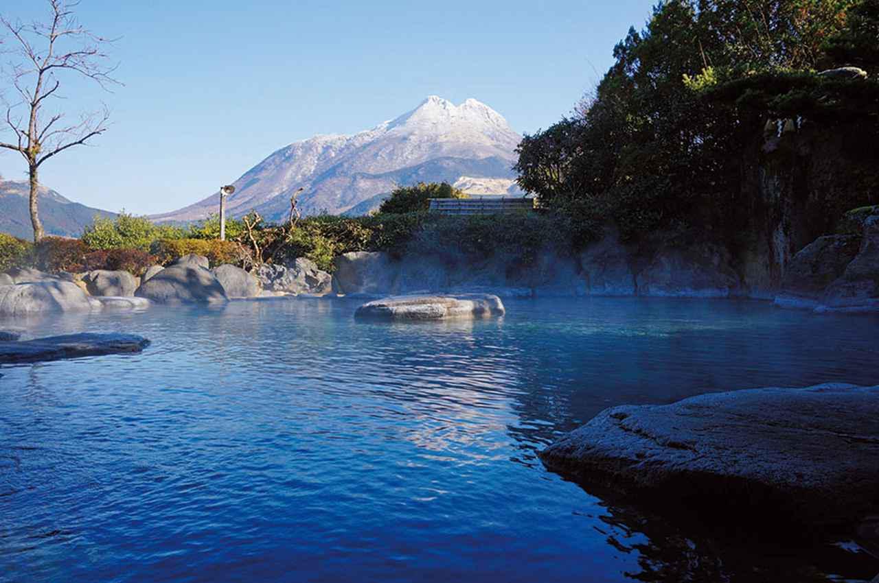 画像: 山のホテル夢想園。由布院で高い人気を誇る老舗の温泉旅館。湯殿からは由布岳が際立ってよく見える。