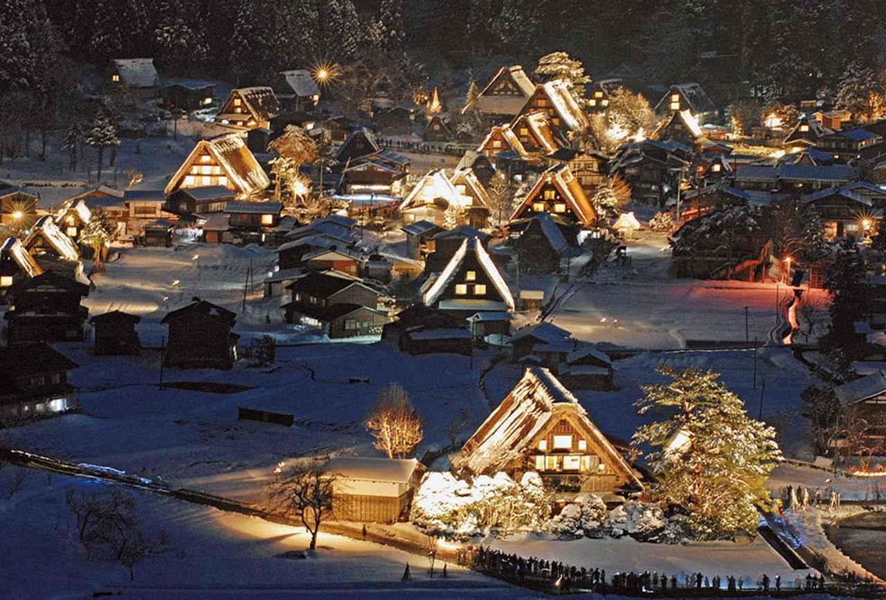 画像: 豪雪地帯ならではのファンタジーな世界が広がる、白川郷のライトアップ。