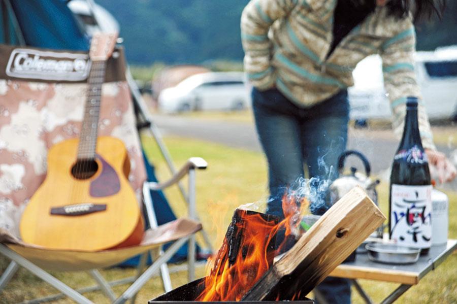 画像: 日中はシェルターから出て、焚き火や野外料理を楽しむ。
