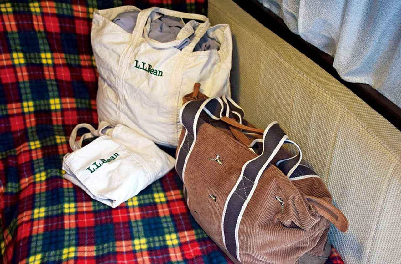 画像: かさばる洋服類は、トートバッグなどに収納してデッドスペースに。