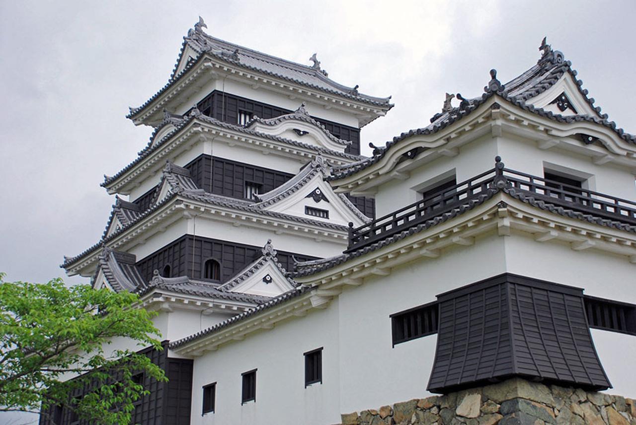 画像: 天守閣が素晴らしい大洲城は四層四階で、2004年に復元。ほかに台所櫓や高欄櫓などは国指定の重要文化財にも指定されている。