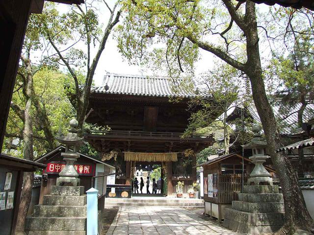 画像: 51番札所 石手寺。本堂や鐘楼などは、鎌倉時代に再建されたもの。寺宝を展示する宝物館も含め、境内全体に歴史的な文化財が多数ある。