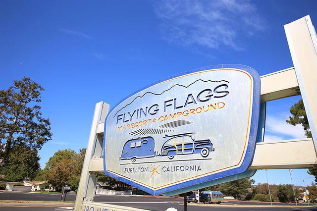 画像: フライングフラッグスはロサンジェルスから2時間少々で到着するロケーション。エアストリームに宿泊できるのは魅力!