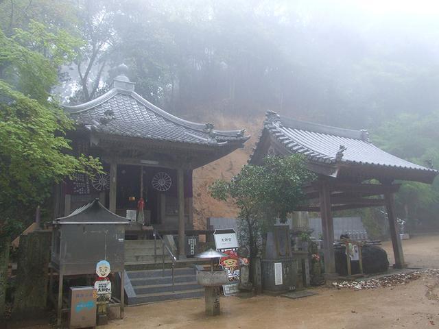 画像: 58番札所 仙遊寺。名前の由来は、この山に40年間こもっていた阿坊という仙人がある日、こつ然と雲と遊ぶように姿を消してしまった伝説から。