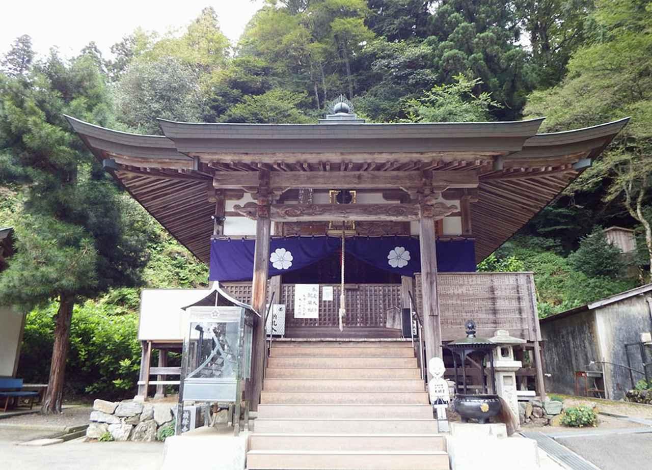 画像: 60番札所 横峯寺。標高1982mという西日本最高峰の石鎚山の中腹にある横峰寺は、札所のなかでは3番目の高さにあり、かつては遍路ころがしの難所だった。写真/Dokudami