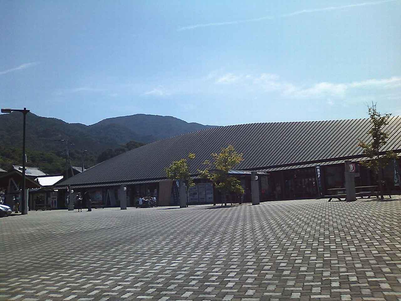 画像: 道の駅 たからだの里さいた(香川⑭) 仮眠環境 △ 施設のあちこちが傷んでおり、トイレも清潔感があまりない。しかし、裏手に大きな公園が隣接し、その奥には温泉もあるのはよい。写真/Dokudam