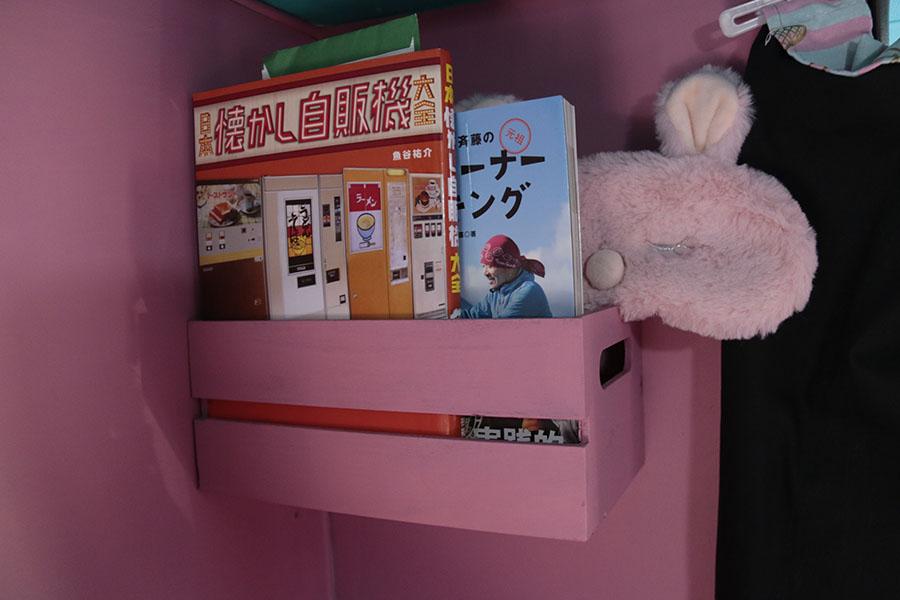 画像: 枕元のラック には、就寝前に読みたい本を。お気に入りはレトロ自販機に関するもの。レトロ自販機はローカルを旅するうえでの魅力的なスポットのひとつ。