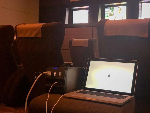 画像: 休憩室でアリが寝たあとに仕事。でもこの雰囲気眠くなるよねー。コンセントが設置されていなかったのでモバイルバッテリー持参。