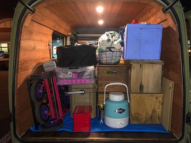 画像: 今回の旅初日の積載(途中でイベント出店予定もあるので、ワークショップの材料なども積んでいます)。無計画丸出しのまとまりのない積載。洒落っ気一切ナシ。