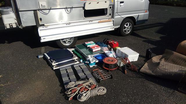 画像: 床下に収納していた道具。それらが水浸しになり、天日干しは大変でした……。