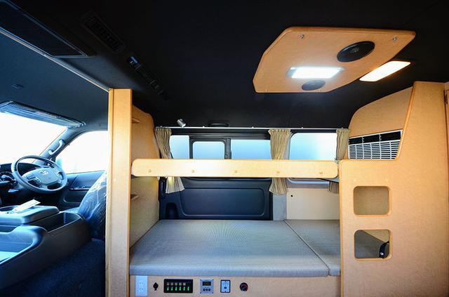 画像: 運転席後方に立ち上がる壁が、2段ベッドのプライベートスペースを確保し、寝ている人に安心感を与えてくれる。