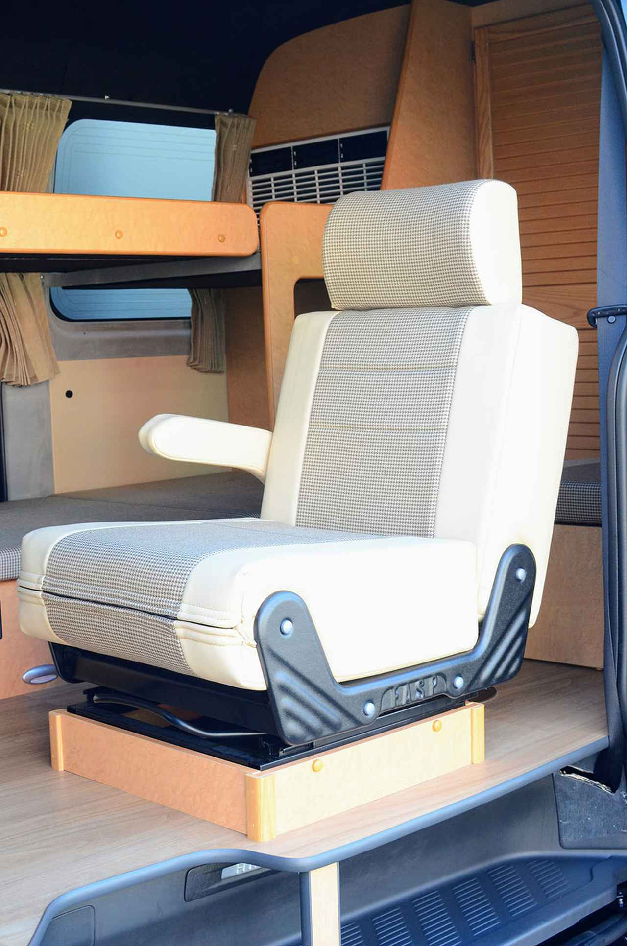 画像: 新たに採用されたセカンドシート。しっかりとしたクッション性があるので快適。